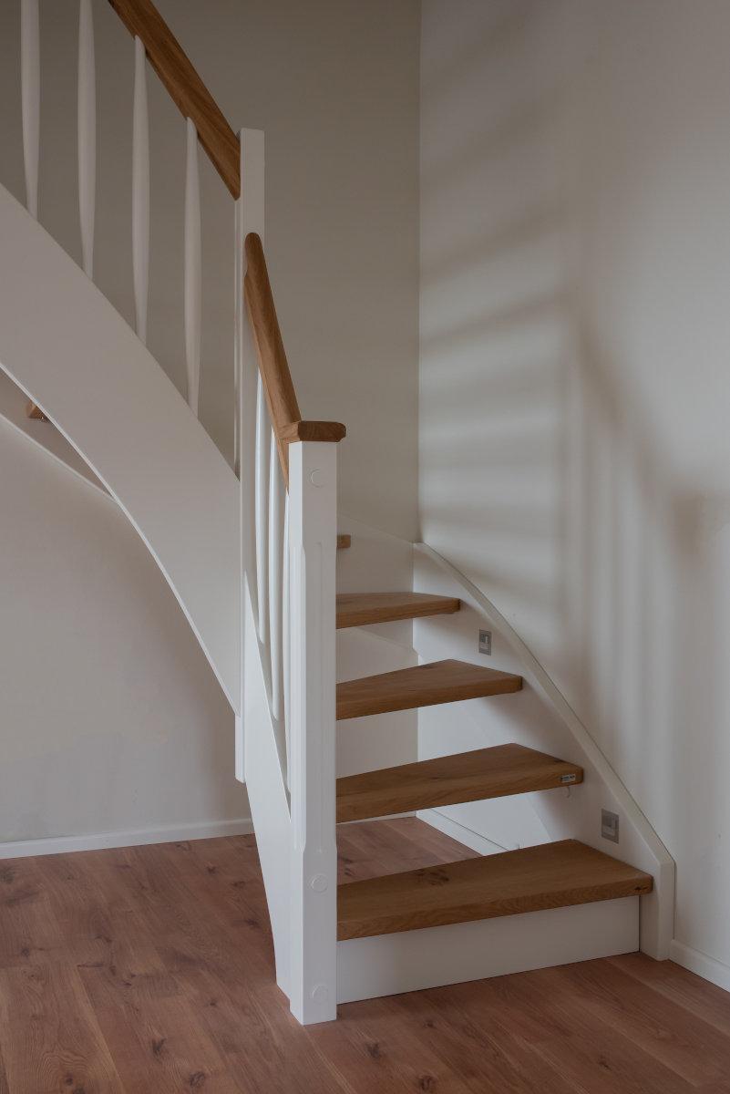 Holzwangentreppe Stufen auf Bolzen gelagert Stufenbeleuchtung Rheine 01